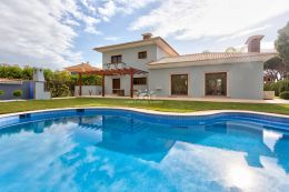 Beautiful villa with large pool on good location in Vilamoura